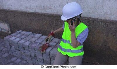 téléphone portable, constructeur, femme parler