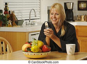 téléphone portable, femme, cuisine, utilisation
