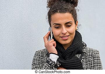 téléphone portable, femme souriante, conversation