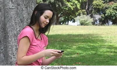téléphone portable, femme souriante, utilisation