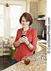 téléphone portable, femme, utilisation, maison