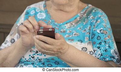 téléphone portable, femme, vieilli, tenue