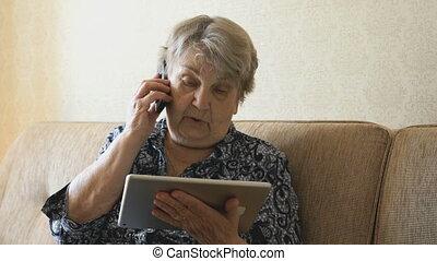 téléphone portable, femme, vieux, conversation
