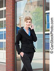 téléphone portable, marche, conversation, femme affaires