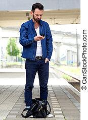 téléphone portable, train, utilisation, station, homme
