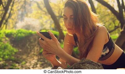 téléphone portable, usage, dame, dehors