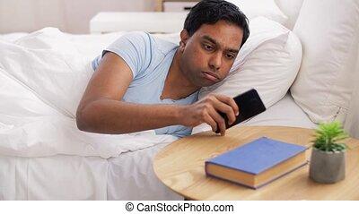 téléphone, réveiller, suddenly, homme, indien, regarder
