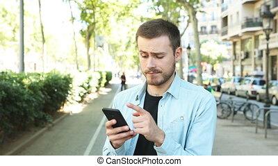 téléphone, regarder, soupçonneux, homme, vous, utilisation