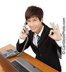 téléphone, tenant main, homme affaires, geste, ok, jeune