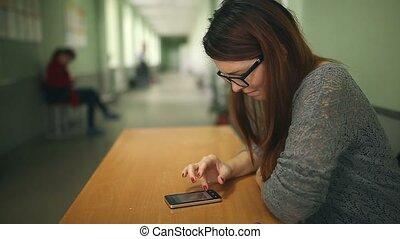 téléphone, tenue, intelligent, girl, école, couloir, smartphone, séance, femme, recherche, internet