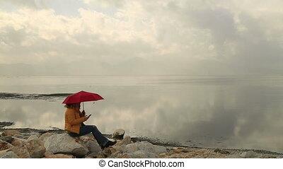 téléphoner femme, parapluie, intelligent, utilisation