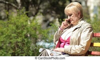 téléphoner femme, personne agee