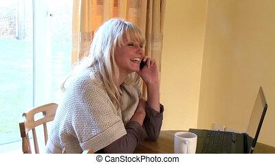 téléphoner femme, sourire