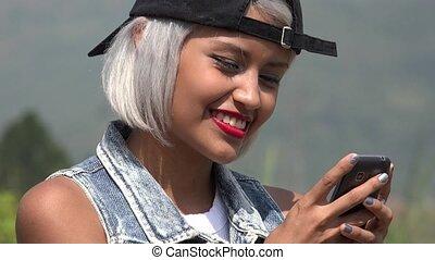 téléphoner femme, texting, jeune, intelligent
