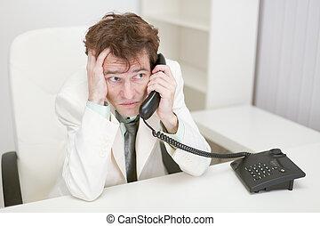 téléphoner gars, parle, effrayé, bureau