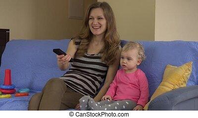 télévision éloigné, séance, regarder, sofa., maman, fille