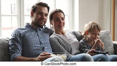 télévision regarde, fils, famille, ensemble, heureux, gosse, parents, rire