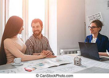 tényleges, lakás, cégtábla, család, birtok, szoba, odaad, épület, párosít, fiatal, ügynök, megvásárol, összehúz, konzultáció, lakbér, woman., ingatlan, vagy, vásárlás, ember