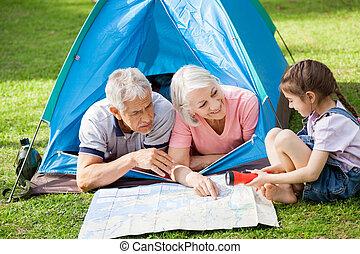 térkép, nagyszülők, felett, lányunoka, fejteget, táborhely