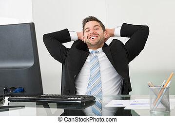 tête, décontracté, bureau, derrière, mains, homme affaires