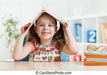 tête, elle, sur, livre, enfant, preschooler, girl