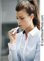 tête endosse, fumeur, jeune, femme, e-cigarette, fumer, ...