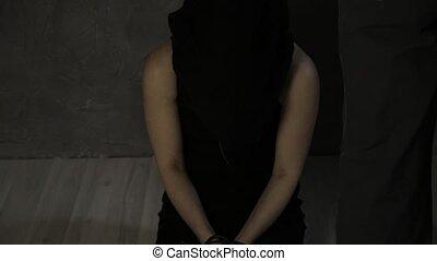 tête, enlèvement, plancher, hostage., attaché, mensonges, lin, sac, pleurer, violence, bâillonné, girl, effrayé, hands.