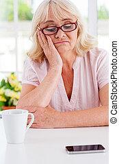 tête, femme, elle, déprimé, pose, main, regarder, téléphone, attente, mobile, penchant, table, personne agee, call.