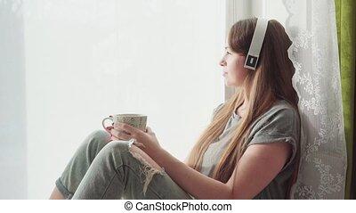 tête, femme, tourner, elle, jeune regarder, fenêtre, sourire, dehors, heureux