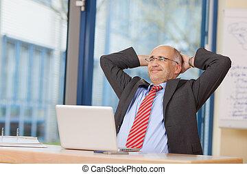 tête, séance, bureau, derrière, mains, homme affaires