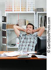 tête, sien, bureau, derrière, mains, homme souriant