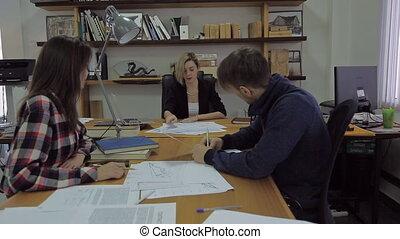 tête, sien, contrarié, bureau, bureau., jeune, conversation, les, subordinates