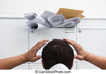 tête, surchargé, boîte lettres, devant, main, homme