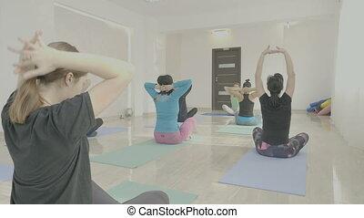 têtes, natte, redresser, tourner, milieu, femmes, chaud, exercices, yoga, vieilli, classe, avant