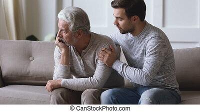 têtu, jeune père, coupable, s'excuser, désolé, vieux, dire,...