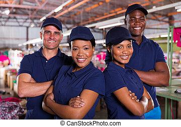 têxtil, cruzado, fábrica, colegas trabalho, braços