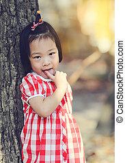 tímido, outdoor., parque, niña asiática