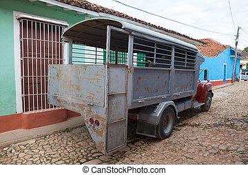 típico, camión, autobús, (camion), en, trinidad, debido, a, embargo, cuba, tenido, problemas, adquirir, normal, buses.