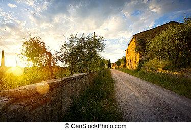 típico, tuscany, campo, landscape;, pôr do sol, sobre, colinas rolantes, e, tuscany, vila