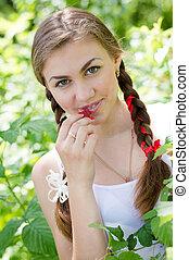 tízenéves kor, étkezési, kert, fiatal lány, málna, boldog