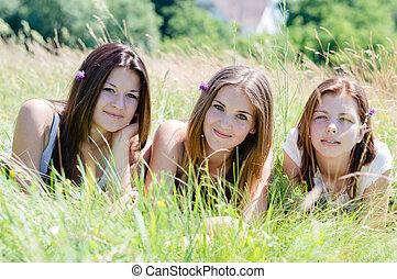 tízenéves kor, három, magas, zöld, leány, fű, barátok, fekvő, boldog
