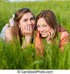tízenéves kor, két, zöld, nevető, leány, fű, barátok