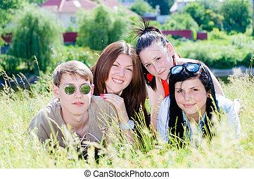 tízenéves kor, négy, zöld, mosolygós, fű, barátok, boldog