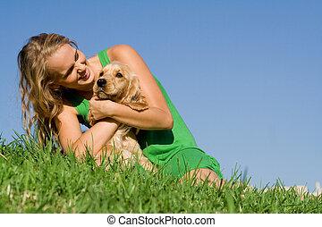 tízenéves kor, nő, kedvenc, kutya, fiatal, dédelget, leány, játék, vagy