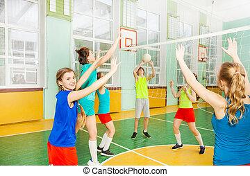 tízenéves kor, röplabda játékos, birtoklás, gyufa, alatt, tornaterem