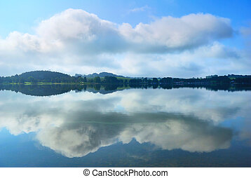tó, bankot használ, és, elhomályosul, visszaverődés, alatt, sima víz