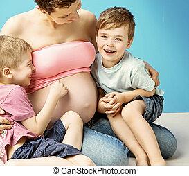 törődik, neki, terhes, fiak, anyu, átkarolás, bájos