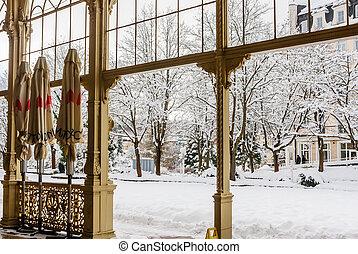 töredék, közül, oszlopsor, alatt, ásványvízforrás, város, marianske, lazne, (marienbad), cseh, republic.winter, idő