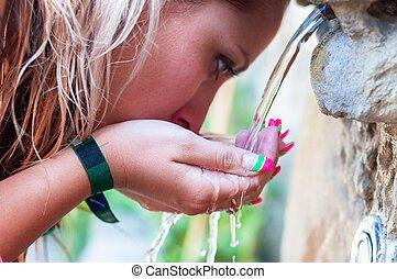 törstig, flicka, drickande, från, utomhus, kran