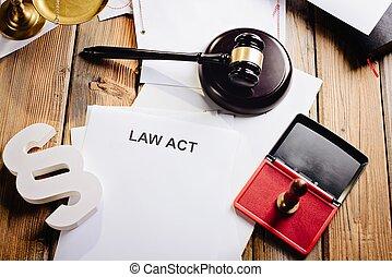 törvény, cselekedet, képben látható, öreg, wooden asztal, alatt, könyvtár